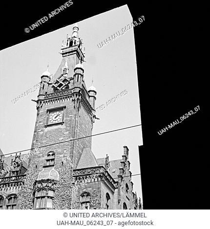 Uhrturm am Rathaus in Wuppertal Elberfeld, Deutschland 1930er Jahre. Clock tower of Elberfeld city hall, Germany 1930s