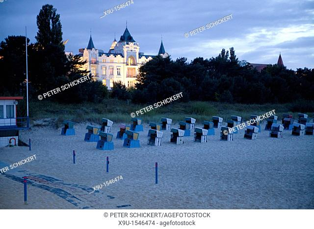 Hotel Zinnowitz Palace and beach chairs 'Strandkorb' on the beach in the seaside resort Zinnowitz, Usedom island, Mecklenburg-Vorpommern, Germany