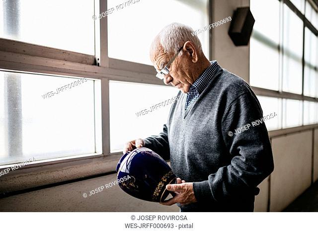 Elderly man reviewing the ceramic vase