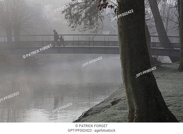 THE RISLE RIVER IN THE EARLY MORNING MIST, RUGLES, EURE (27), FRANCE