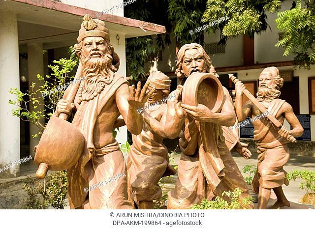 sculpture of kabir das and santa singing dohe, varanasi, uttar pradesh, Asia, India
