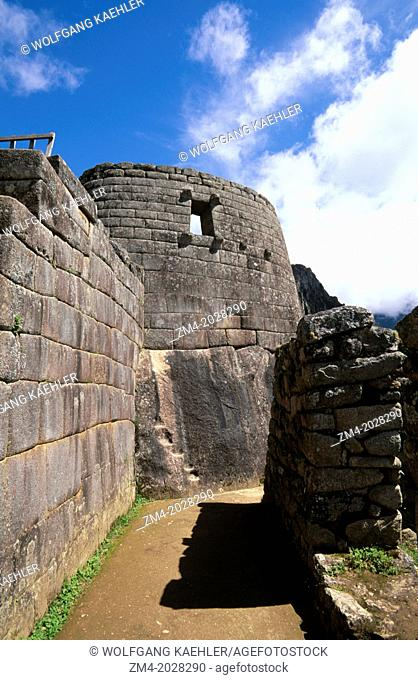 PERU, SACRED VALLEY, MACHU PICCHU, VIEW OF THE TEMPLE OF THE SUN
