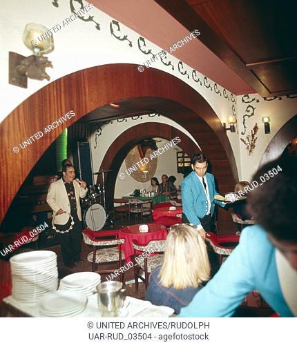 Abendliche Unterhaltung in einer Bar auf Teneriffa, Kanarische Inseln 1975. Evening entertainment in a bar on the island of Tenerife, Canary Islands 1975