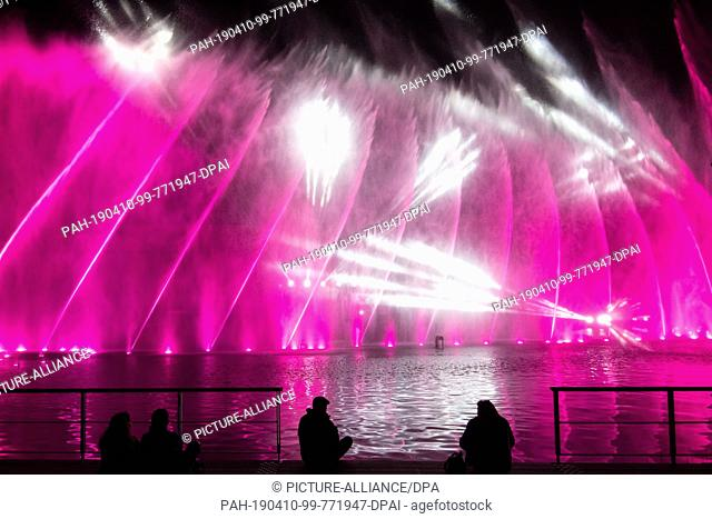 10 April 2019, Baden-Wuerttemberg, Heilbronn: People watch the preview of the water show of the Federal Horticultural Show (Buga)