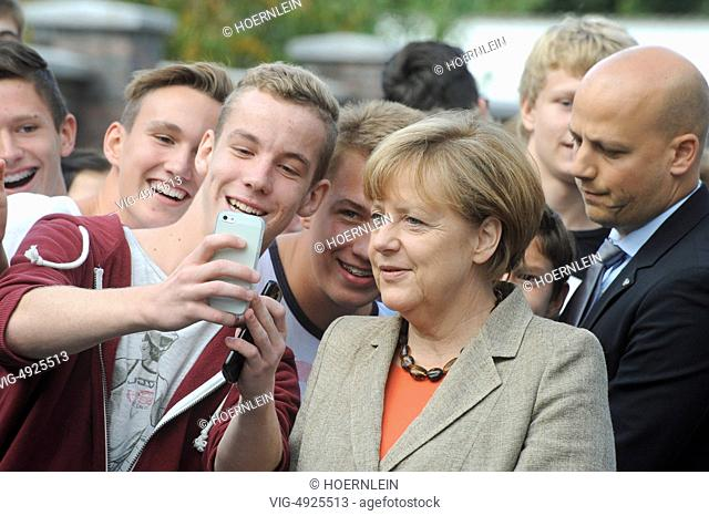 DEU GERMANY , GROSS-GERAU , 30.08.2013, GERMANY, GROSS-GERAU, 30.08.2014, german chancellor Ankela MERKEL visits hessian grammar school and allows selfies -...