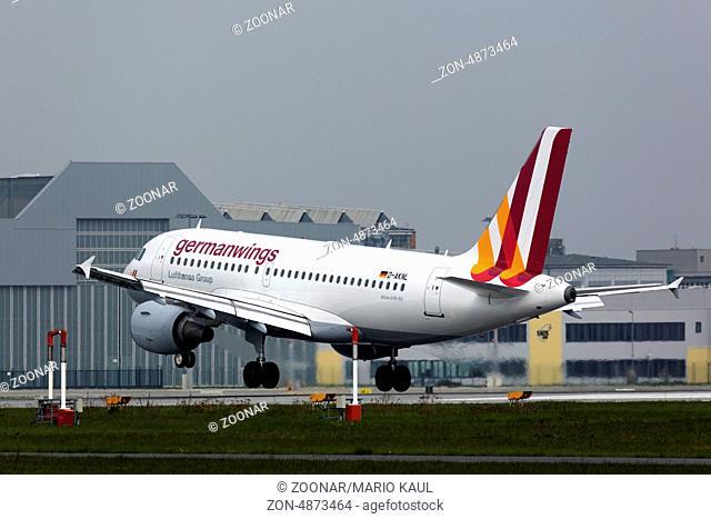 Ein zweistrahliges Verkehrsflugzeug vom Typ Airbus A319-112 ( D-AKNL ) der Fluggesellschaft Germanwings startet am Flughafen Dresden - Klotzsche