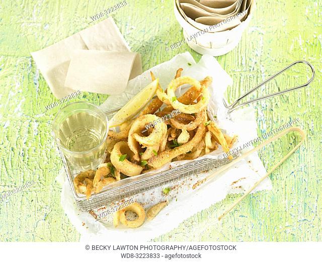 rabas con vaso de vino blanco en horizontal / Fried squid with glass of white wine