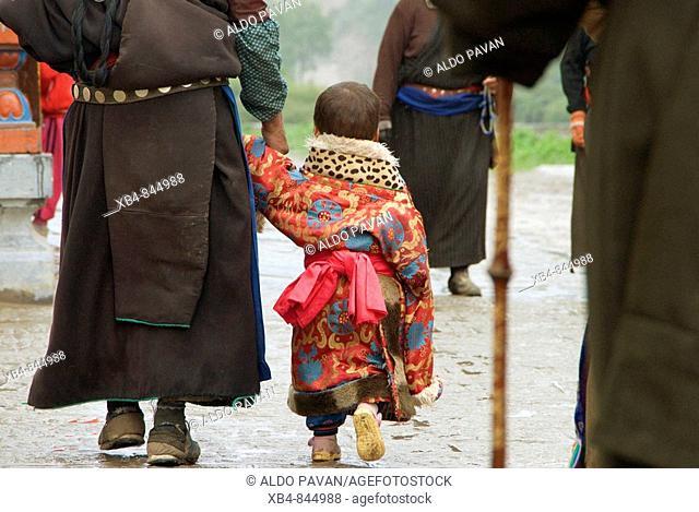 Pilgrims, Tibetan Buddhism Labrang monastery, Xiahe, Gansu province, China
