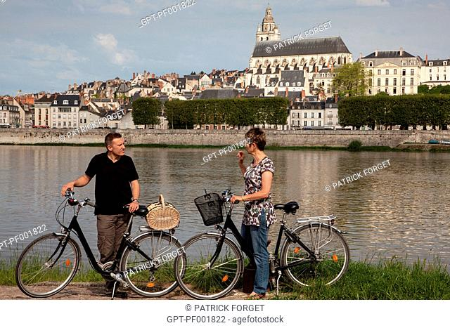 GROUP OF CYCLISTS ON THE BANKS OF THE LOIRE IN FRONT OF THE CATHEDRAL SAINT-LOUIS, 'LOIRE A VELO' CYCLING ITINERARY, BLOIS, LOIR-ET-CHER 41, FRANCE