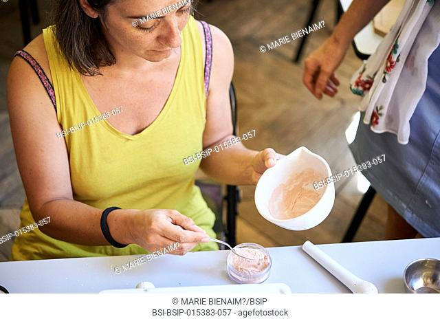 Reportage on a session producing natural cosmetics in the Lyon School of Medicinal Plants. The participants produce several care products using vegetable oils