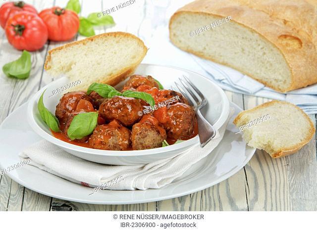 Meatballs in tomato sauce, with white bread