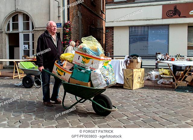 END OF THE DAY, SELLER PACKING UP UNSOLD GOODS IN A WHEELBARROW, SECOND-HAND GOODS MARKET, CITY OF RUGLES, (27) EURE, FRANCE