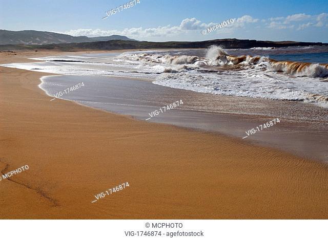 Crashing brown waves on remote three mile Moomomi Beach Molokai - Hawaii, USA; Amerika, 21/04/2006