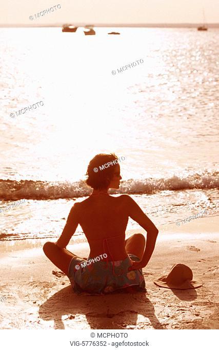 Frau sitzt einsam am Meer, Mallorca, Spanien, 2005 - Mallorca, Balearen, Spain, 19/10/2005