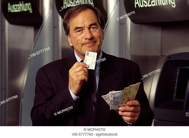 Ein Mann hat Geld aus dem Geldautomaten geholt, 2004 - Germany, 14/04/2005
