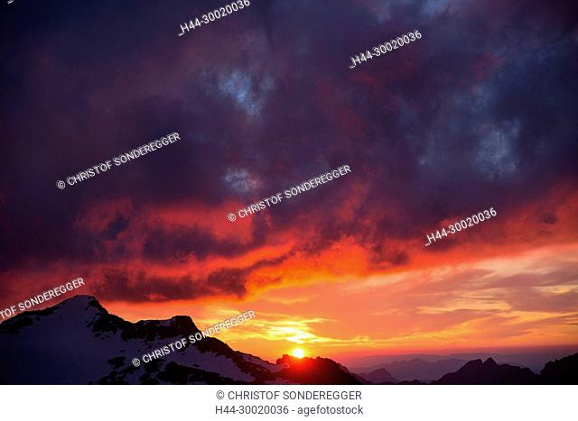 Sonnenuntergang bei der Tierberglihütte SAC