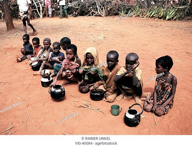 Undernourished children waiting for food in a feeding center. - WAJIR, KENIA, 10/06/1992