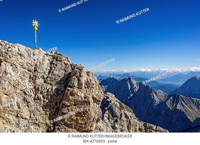 Gilded summit cross, Zugspitze, Mieminger Mountains in Tyrol behind, Garmisch-Partenkirchen, Wetterstein, Eastern Alps, Upper Bavaria, Bavaria, Germany
