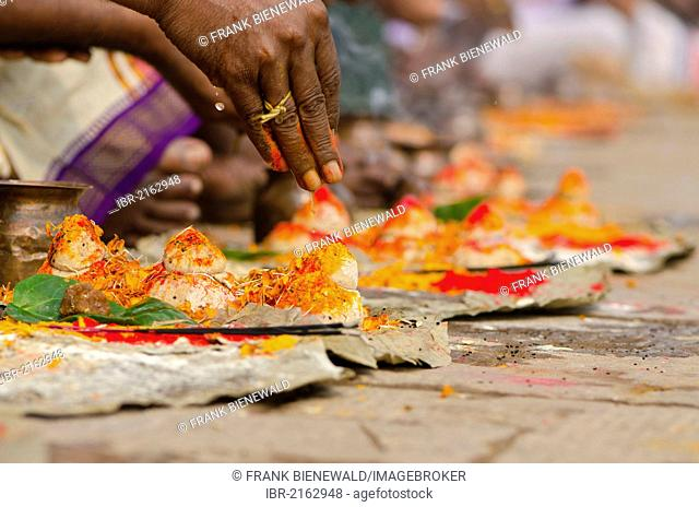 Ritual to bid farewell to the soul of a deceased person, at the ghats of Varanasi, Uttar Pradesh, India, Asia