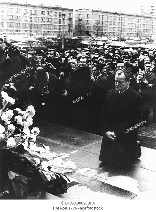 Historical scene: German chancellor Willy Btrandt knees in front of the monument in the former Jewish ghetto of Warsaw on the 7th of December in 1970