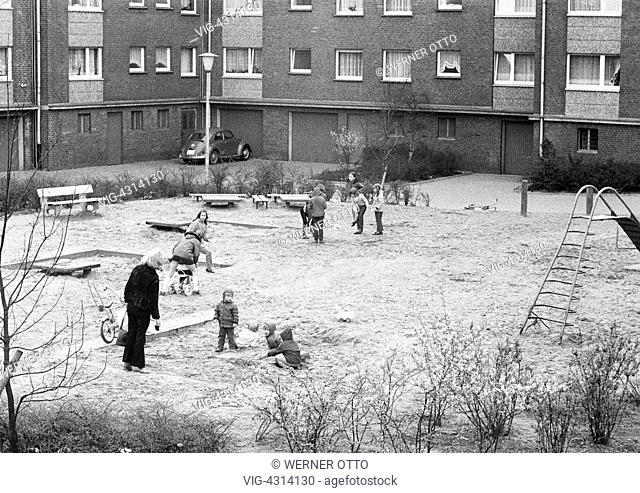 DEUTSCHLAND, OBERHAUSEN, 15.04.1972, Seventies, black and white photo, housing estate, row houses, childrens playground, children, boys, girls