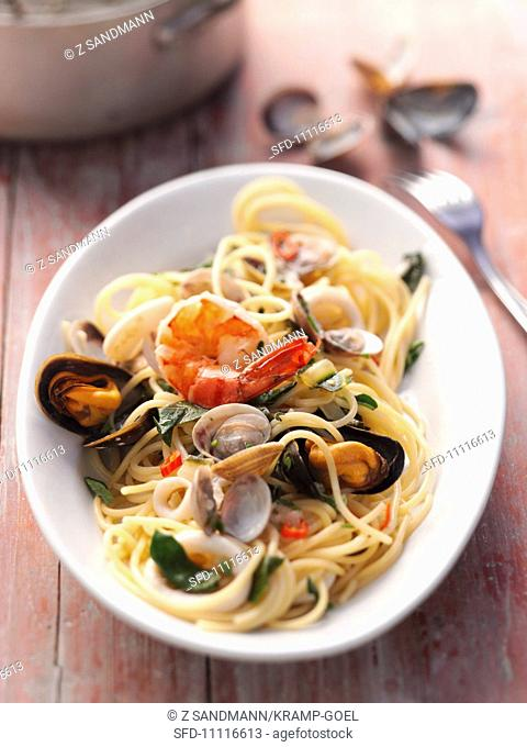 Spaghetti with mussels and prawns