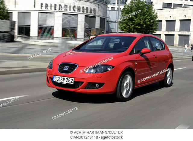 Seat Leon 2.0 FSI, model year 2005-, red, driving, diagonal from the front, frontal view, City