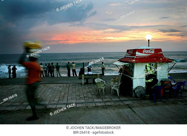 LKA, Sri Lanka : Capital Colombo, City center, GAlle Face Drive, Prommenade at the Indian Ocean