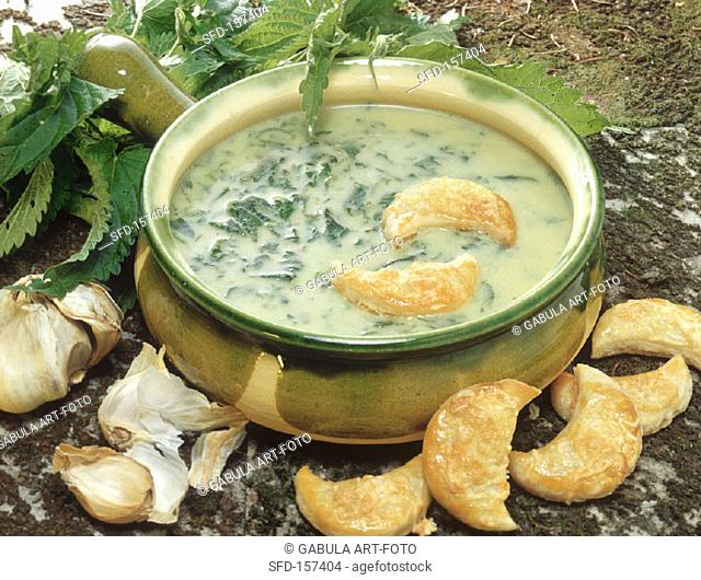 Nettle soup with puff pastries (1)