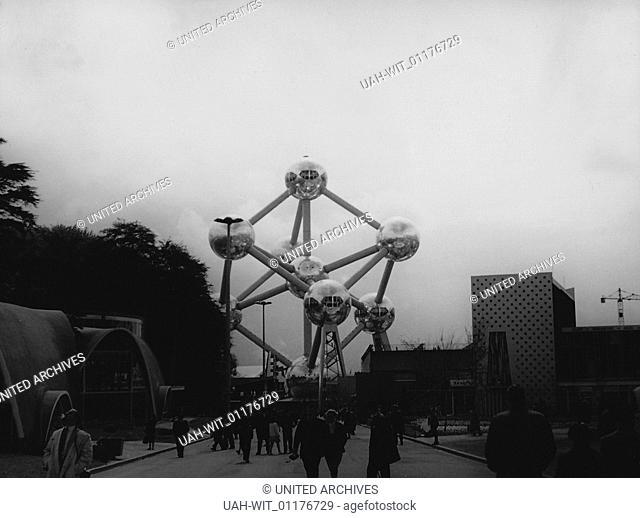 Besucher bummeln auf der Weltausstellung 1958 in Brüssel in Richtung Atomium