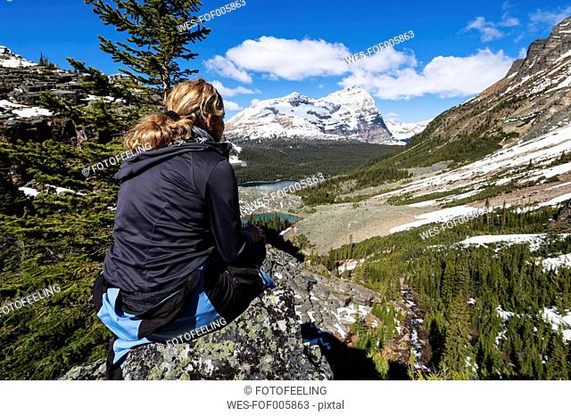 Canada, British Columbia, Yoho Nationalpark, Tourist in mountainscape above Lake O'Hara