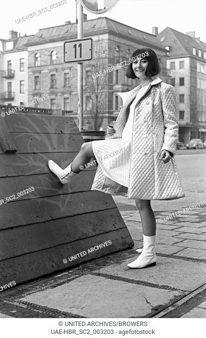 """Die Moderatorin der """"""""Drehscheibe"""""""", Vera Palm, in München, Deutschland 1960er Jahre. TV presenter Vera Palm at Munich, Germany 1960s. 24x36swNeg101"""
