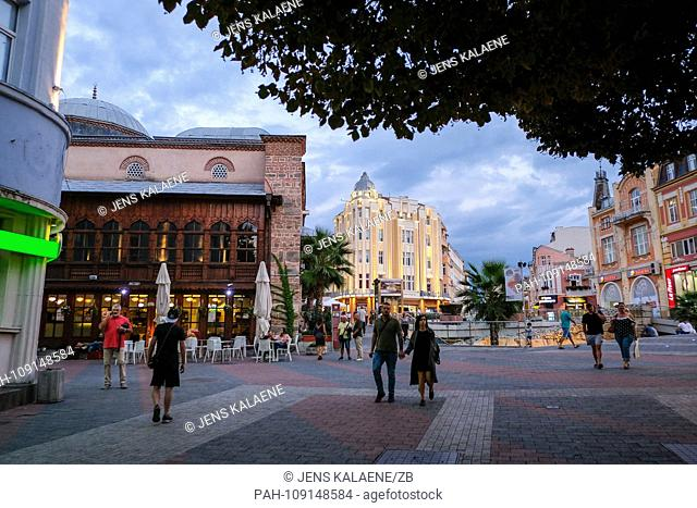 12.09.2018, Bulgaria, Plovdiv: The Jumaja Mosque (l), also Friday Mosque, and the Boulevard Knyaz Aleksander in the evening in the center