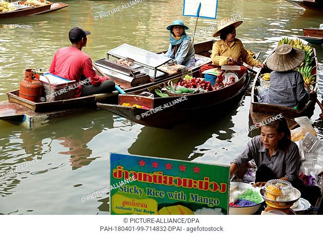 26 February 2018, Damnoen Saduak, Thailand: Hawkers in boats offering their goods in the floating market of Damnoen Saduak