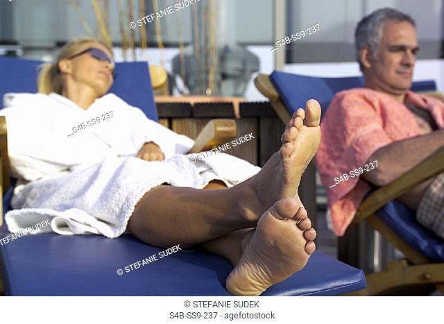 Mann und Frau auf Liegestuehlen - Entspannung - Wellness , Man and Woman lying on Canvas Chairs - Relaxation - Wellness ,  fully-released