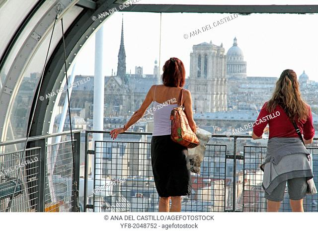 France, Paris, Centre Pompidou or Beaubourg, by architects Renzo Piano, Richard Rogers and Gianfranco Franchin, outside escalator