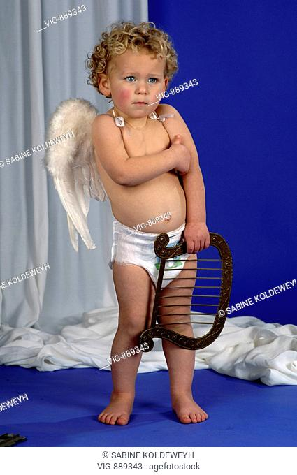 Little boy with angel's wings with a harp in his hand. - 30/06/2008
