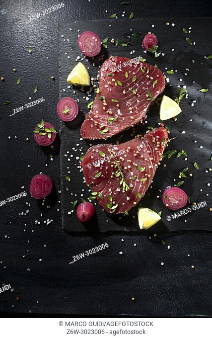 Presentation of a portion of fresh tuna in slices