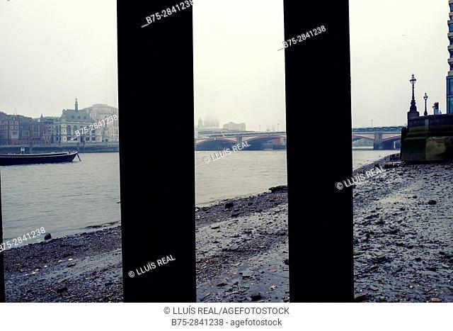 The City una mañana de niebla visto desde la orilla del River Thames. y visto de un viejo embarcadero. London, UK, Europa
