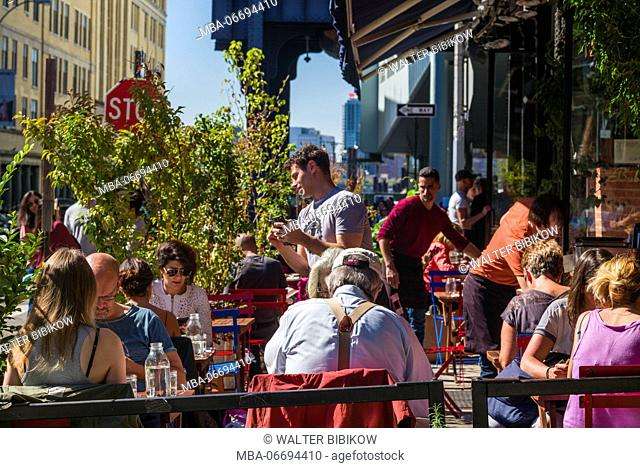 USA, New York, New York City, Lower Manhattan, Meatpacking District, outdoor cafe
