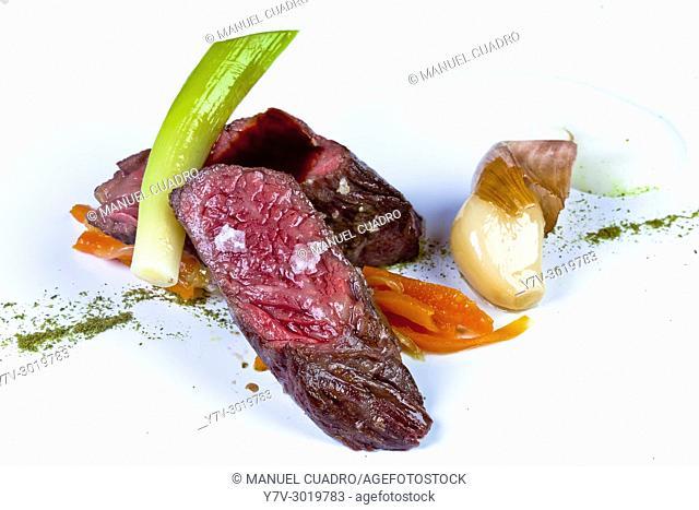 Falda de Buey (Wagyu) en laminas, con ajos en texturas y zanahoria en escabeche / Flank steak (Wagyu) in sheets, with garlic in textures and pickled carrots