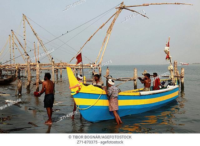 India, Kerala, Kochi, Fort Cochin, fishing boat, chinese fishing nets