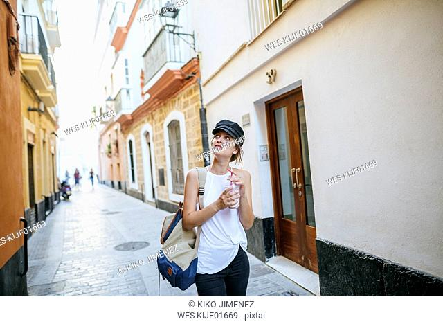 Spain, Andalusia, Cadiz, young woman in the old town