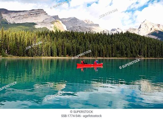 Canada, Alberta, Jasper National Park, Maligne Lake, canoeing