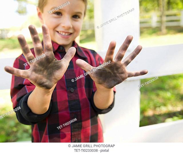 USA, New York, Flanders, Boy 4-5 showing dirty hands