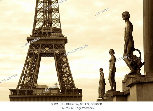 Eiffel Tower and statues at the Palais de Chaillot at dawn, Paris, France