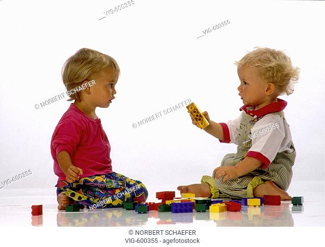 Two infants are playing with bricks together. - 29/09/2007
