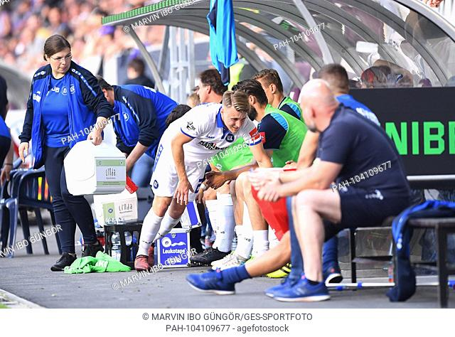 Marco Thiede (KSC) was injured. GES / Football / Relegation: FC Erzgebirge Aue - Karlsruher SC, 22.05.2018 - Football / Soccer Relegation: FC Erzgebirge vs