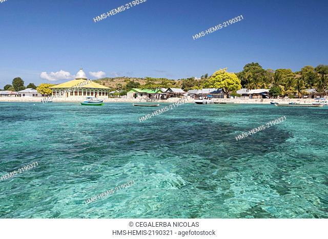 Indonesia, Lesser Sunda Islands, Alor archipelago, mosque and village on Kangge Island