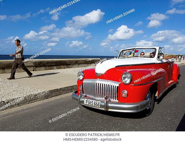 Cuba, Ciudad de la Habana province, La Havana, american car and tourists on the Malecon